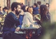 Para na randce przy stoliku w kawiarni