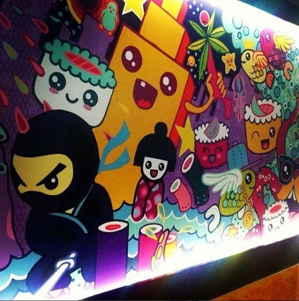 Ściana z wymalowanymi postaciami z kreskówek
