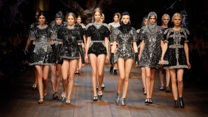 Grupa modelek w czarnych i cekinowych sukienkach na wybiegu