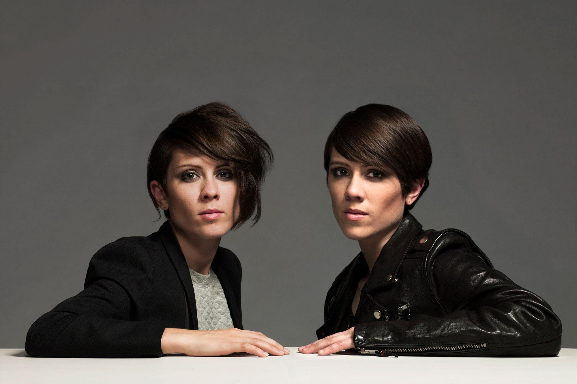 Dwie kobiety z krótkimi ciemnymi włosami