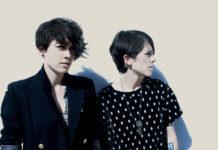 Dwie kobiety z krótkimi włosami w ciemnych koszulkach