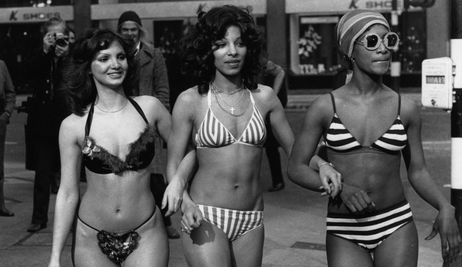 Czarno-białe zdjęć kobiet w bikini