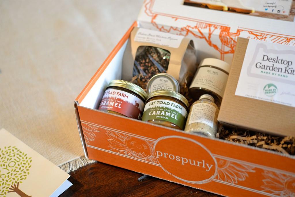 Poramarańczowy box subskrypcyjny z produktami