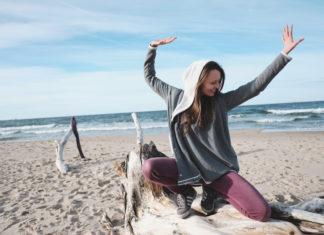 Dziewczyna na plaży ćwiczy jogę