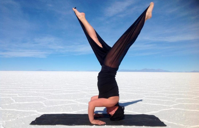 Kobieta w czarnym kostiumie ćwiczy jogę