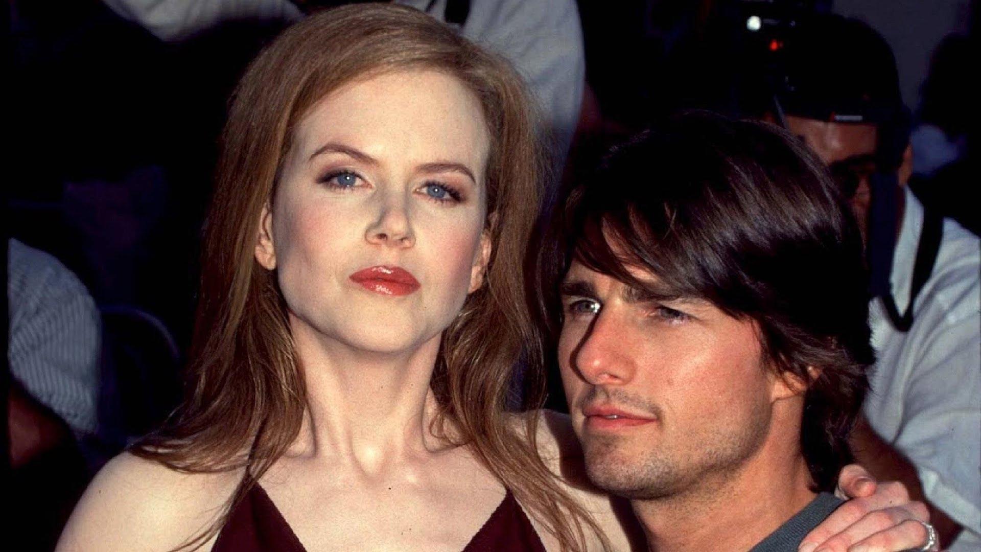 Rudowłosa kobieta obejmuje bruneta niższego od niej o głowę