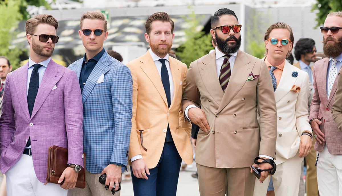 Grupa facetów w kolorowych garniturach