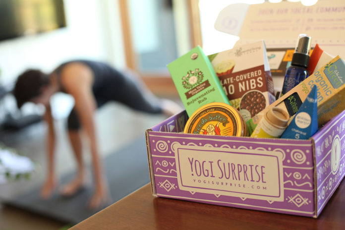 Fioletowe pudełko subskrypcyjne z produktami