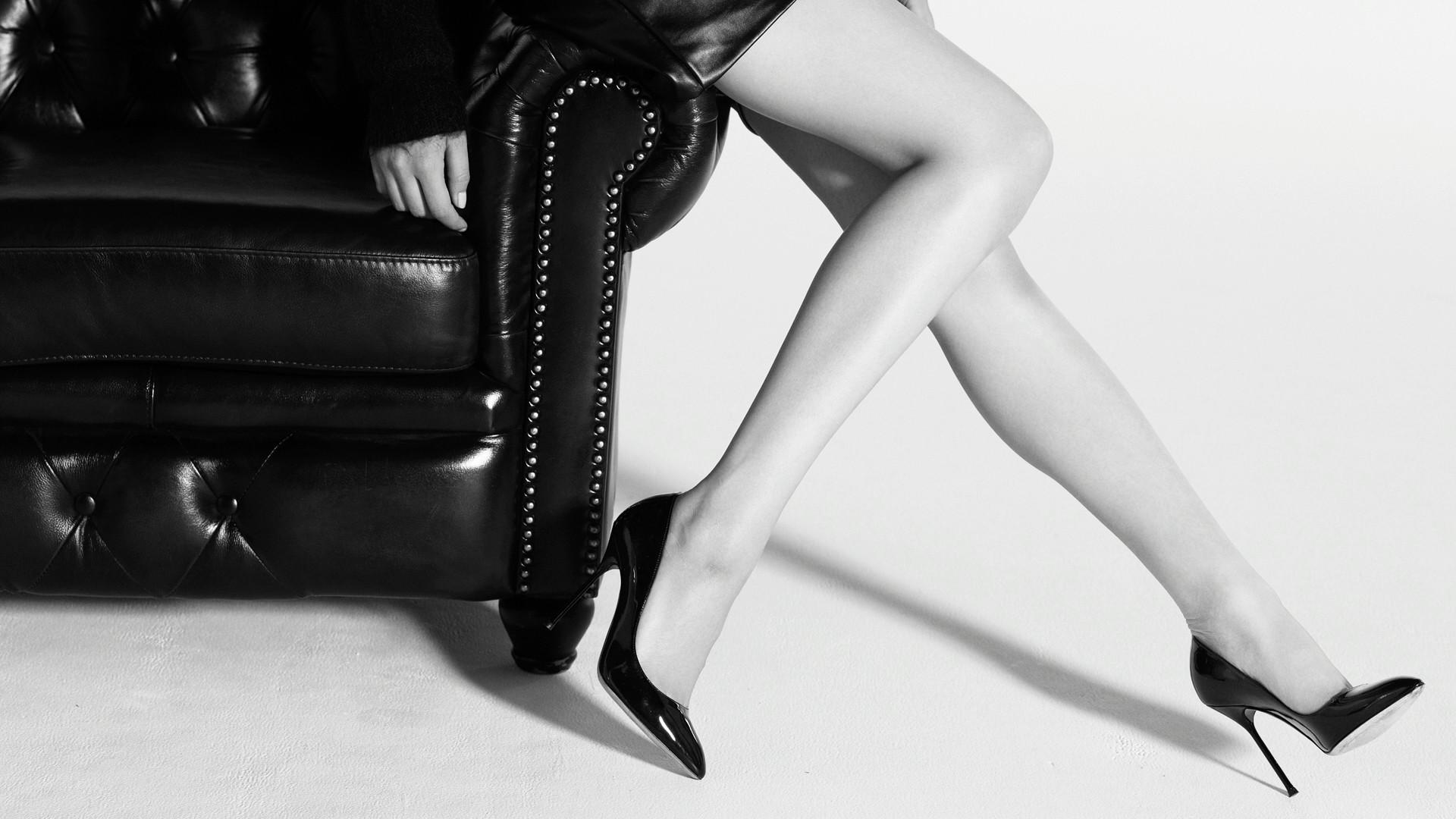 Nogi w czarnych szpilkach
