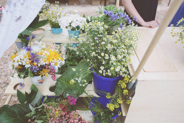 Na bazarze, na jednym ze stoisk stoją kwiatki w doniczkach na sprzedaż