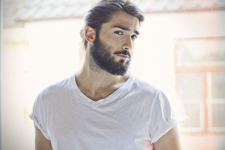 Mężczyzna z brodą w białym tiszercie