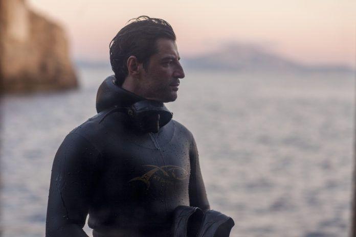 Mężczyzna w stroju płetwonurka na tle morza