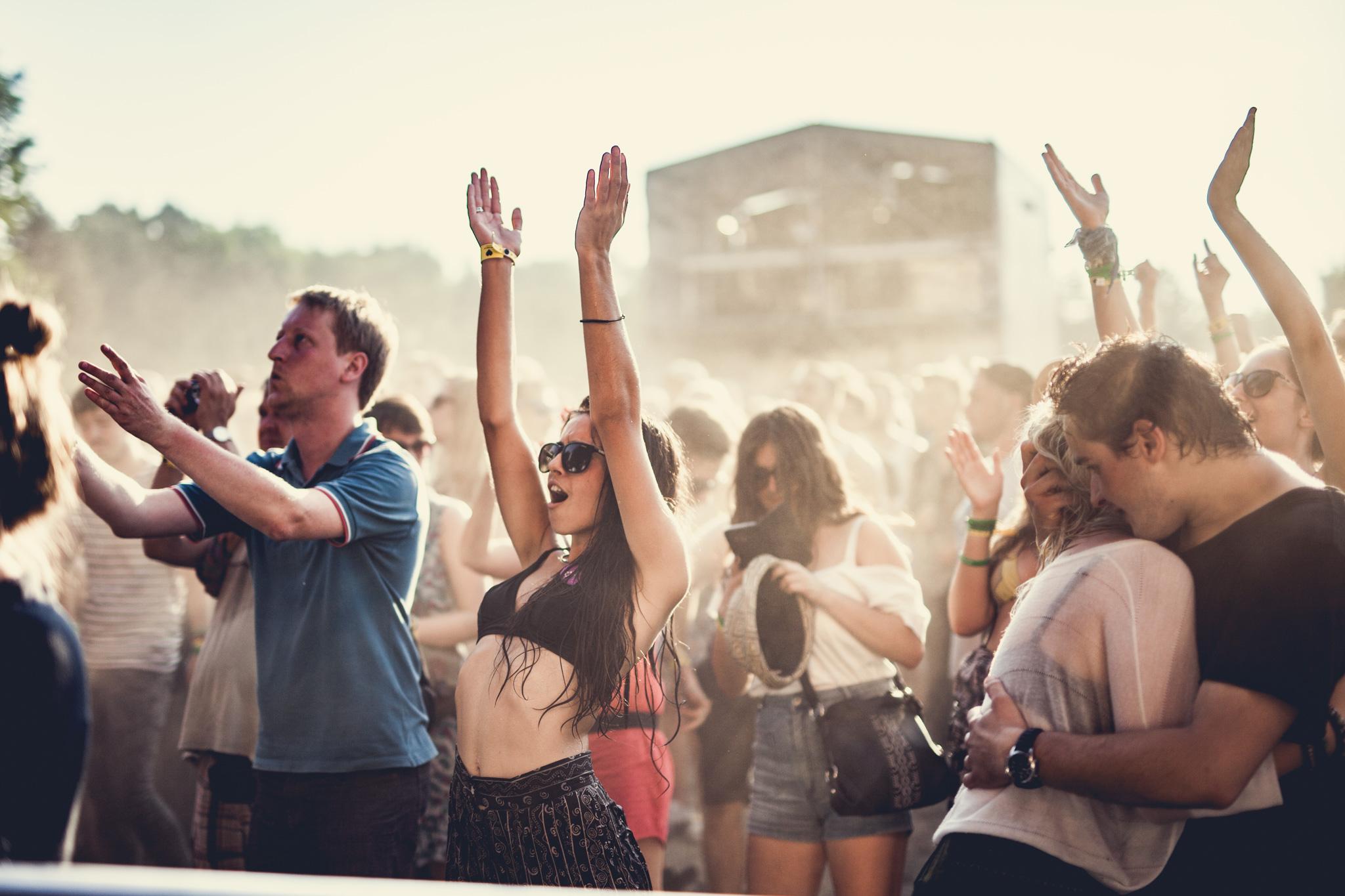 Ludzie pod sceną na festiwalu