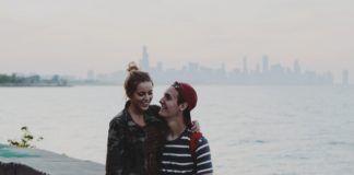 Chłopak i dziewczyna obejmują się na moście