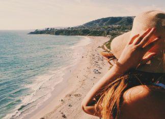 Dziewczyna w kapeluszu nad morzem, odwrócona