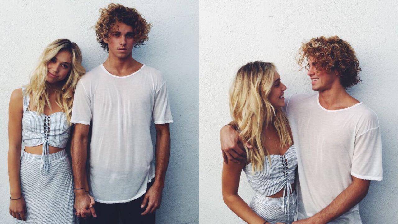 Blondynka w niebieskiej sukience i chłopak w białej bluzce na tle białej ściany