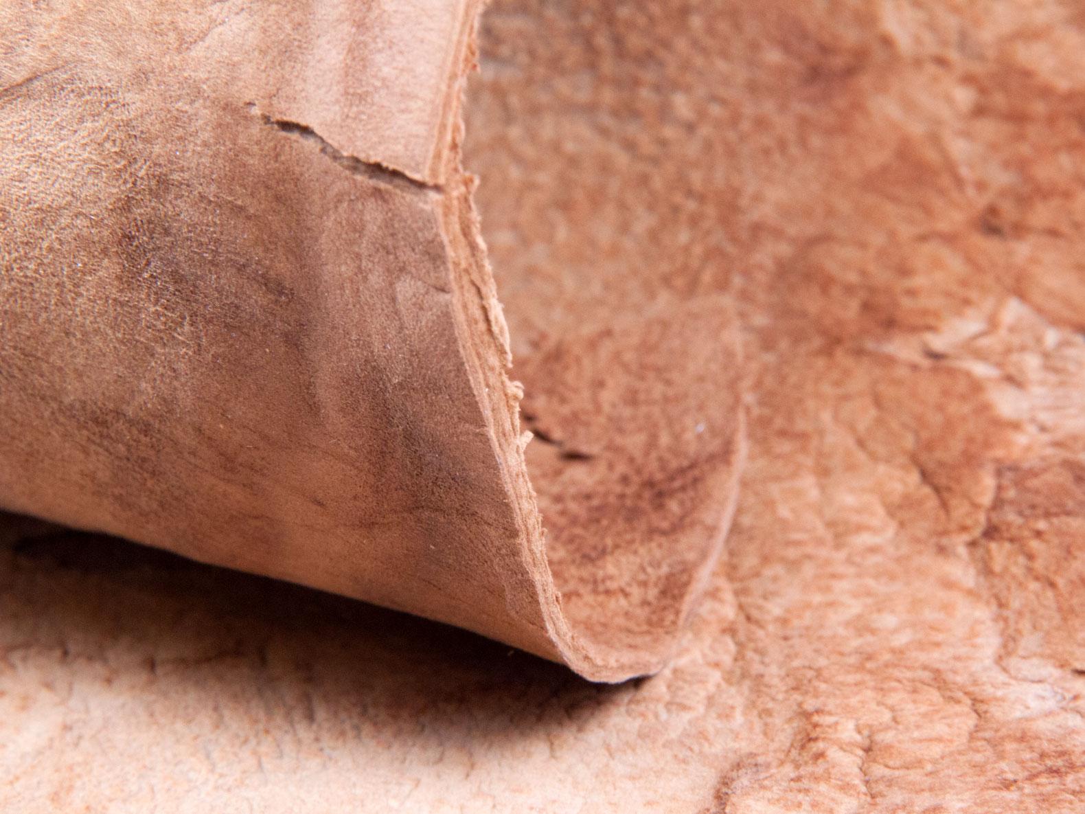 Różowa próbka sztucznej skóry z grzybów