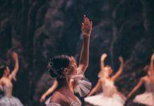 Czarnoskóra baletnica w białym stroju