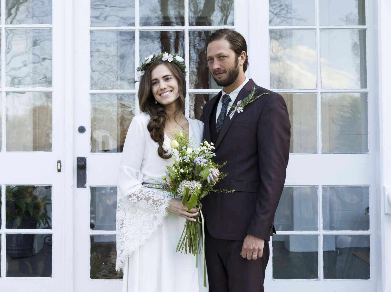 Para młoda, kobieta w sukni ślubnej, mężczyzna w garniturze
