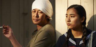 Japoński mężczyzna i nastolatka w mundurku rozmawiają