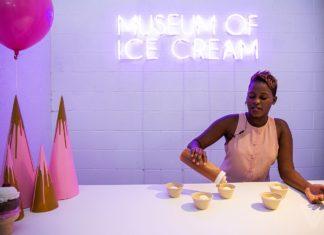 "Ciemnoskóra kobieta w jasnej sukience robi lody, za nią napis ""Museum of Ice Cream"""