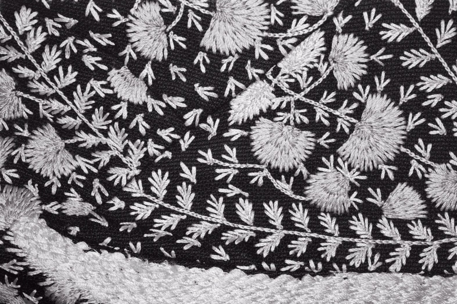 Czarno biała tkanina z haftem
