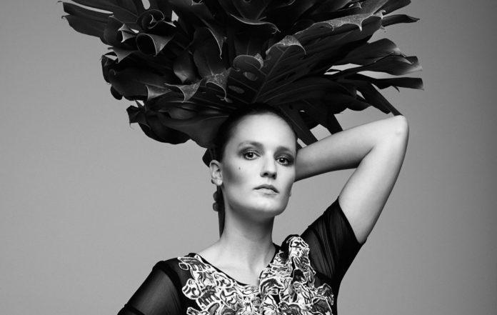 Kobieta z czarnym wiankiem z kwiatów na głowie