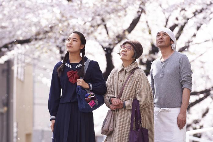 Mężczyzna, starsza pani i dziewczynka w mundurku szkolnym