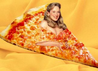 Blondynka wklejona w zdjęcie wielkiego kawałka pizzy