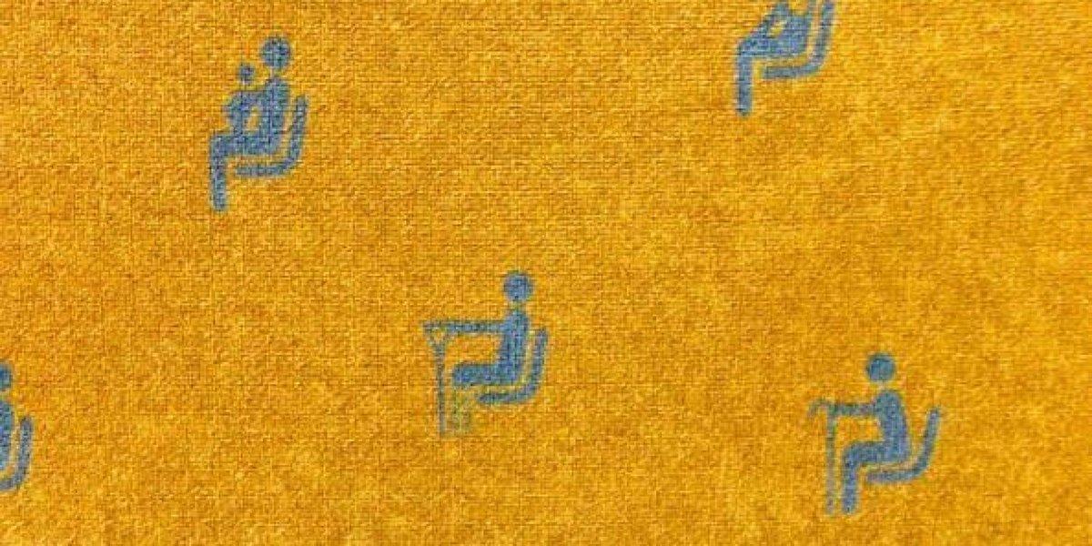 Żółte obicie siedzenia z niebieskim nadrukiem