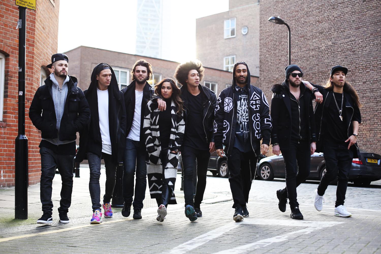 Grupa ludzi ubranych na czarno na ulicy