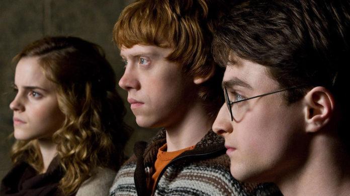 Blondynka, rudy chłopak i brunet