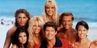 Grupa ludzi w czerwonych strpjach kąpielowych na plaży