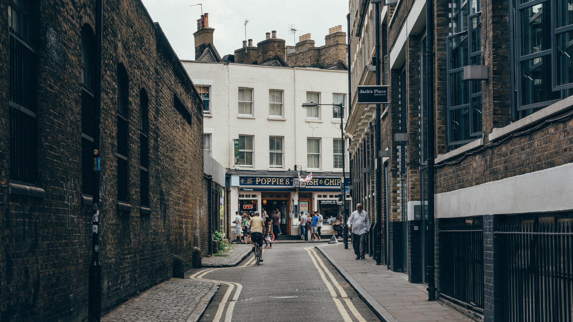 Widok na ulicę w mieście, chodzą przechodnie