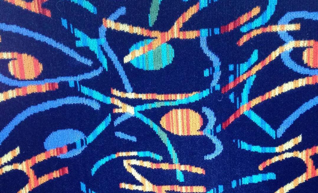 Niebiesko-neonowe wzory na siedzeniach w autobusie