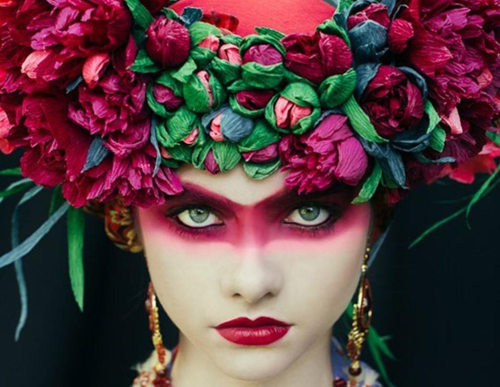 Dziewczyna w czerwonym makijażun z kolorowym wiankiem
