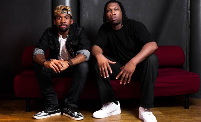 Dwóch czarnoskórych mężczyzn siedzących na kanapie