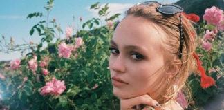 Blondynka w letniej sukience na tle kwiatów