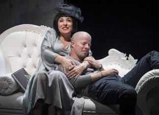 Kobieta i mężczna leżą na białej kanapie