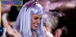Dziewczyna w niebieskich włosach i fioletowej kokardce na włosach