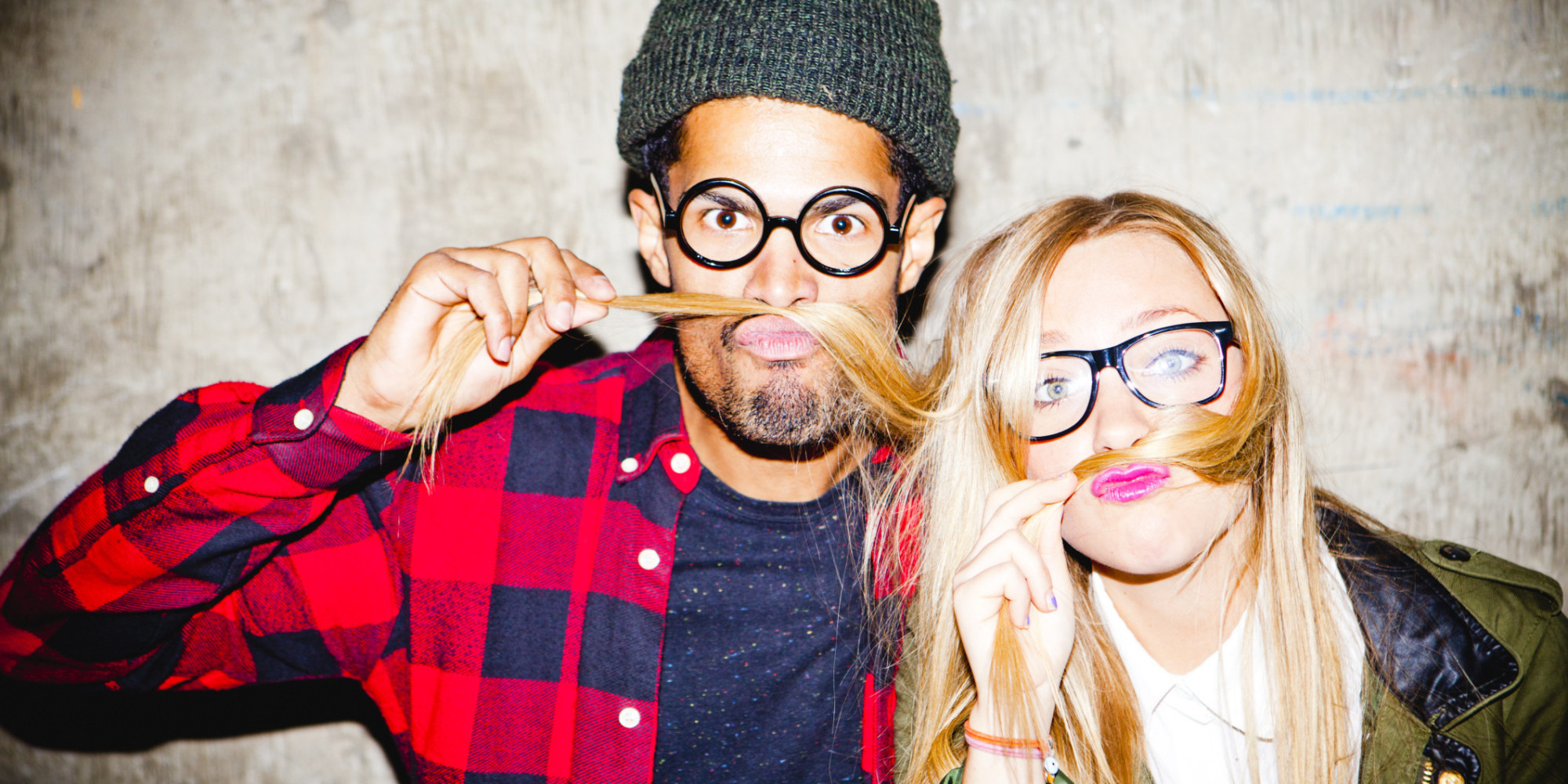 Mężczyzna w czapce i okularach i blondynka w okularach