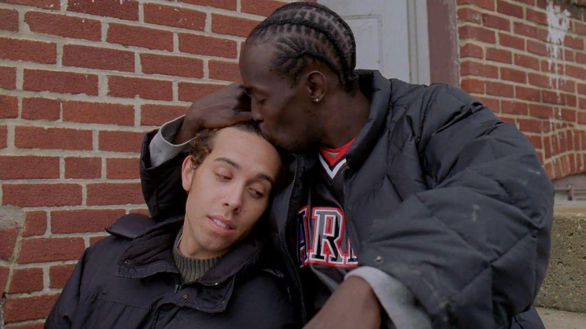 Czarnoskóry mężczyzna przytulający chłopaka