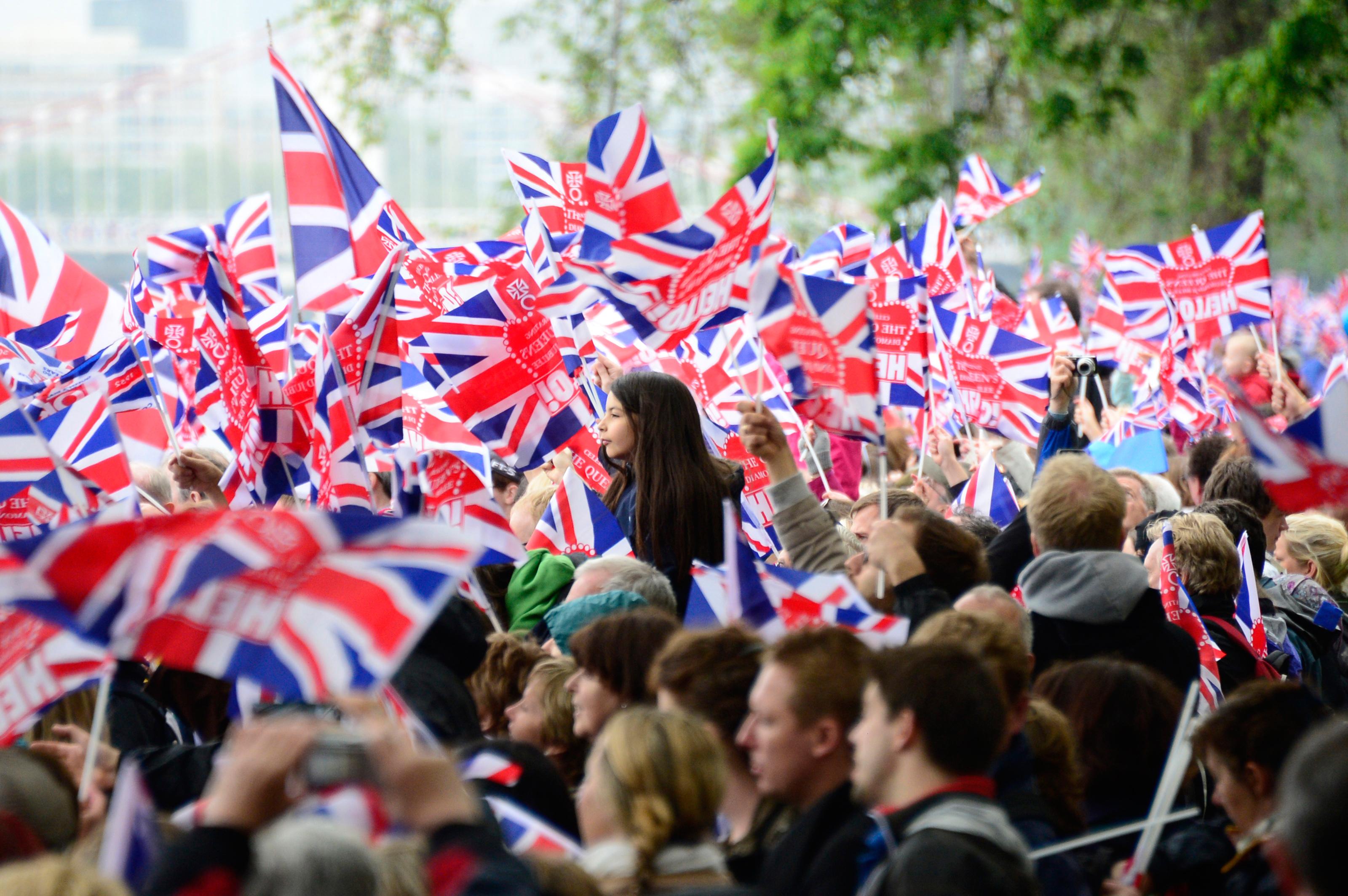 Brytyjczycy z flagami