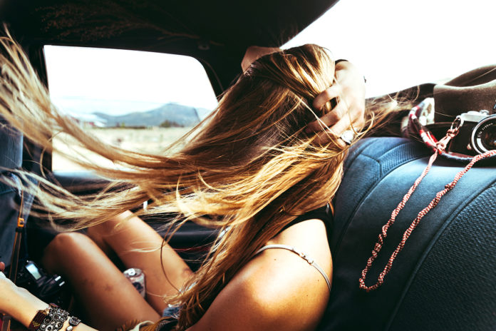 Blondynka z rozwianym włosem w samochodzie