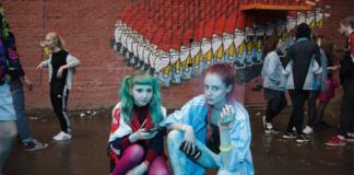 Kobiety w kolorowych dresach kucające na podłodze
