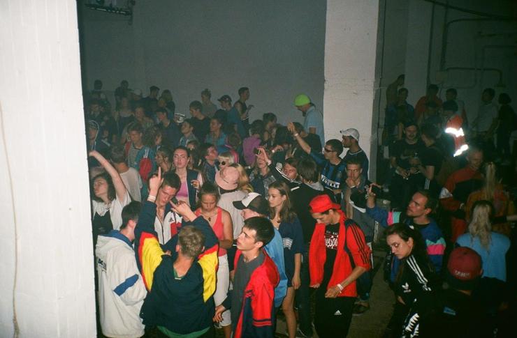 Tłum ludzi w klubie ubranych w oldschoolowe dresy