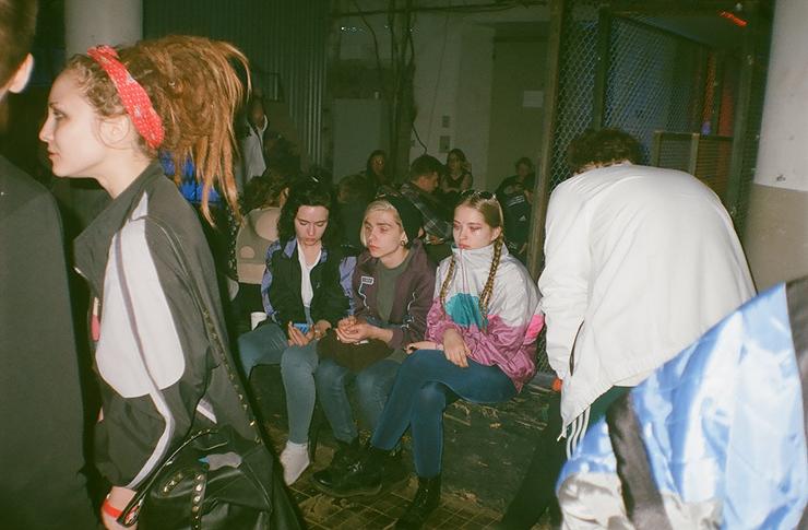 Grupa dziewczyn siedzących na murku w oldschoolowych dresach