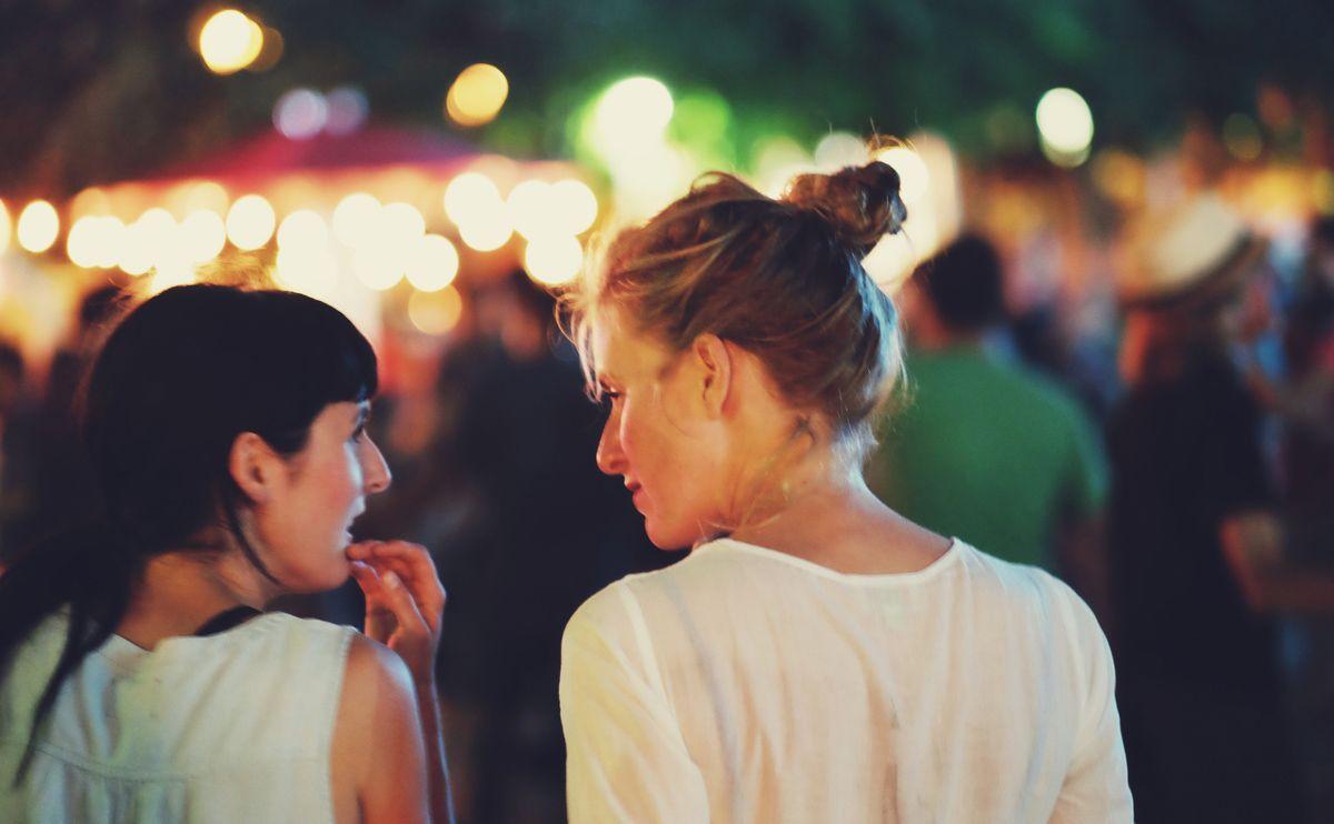 Blondynka i brunetka w białych bluzkach