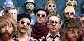Grupa hipsterów w kolorowych okularach