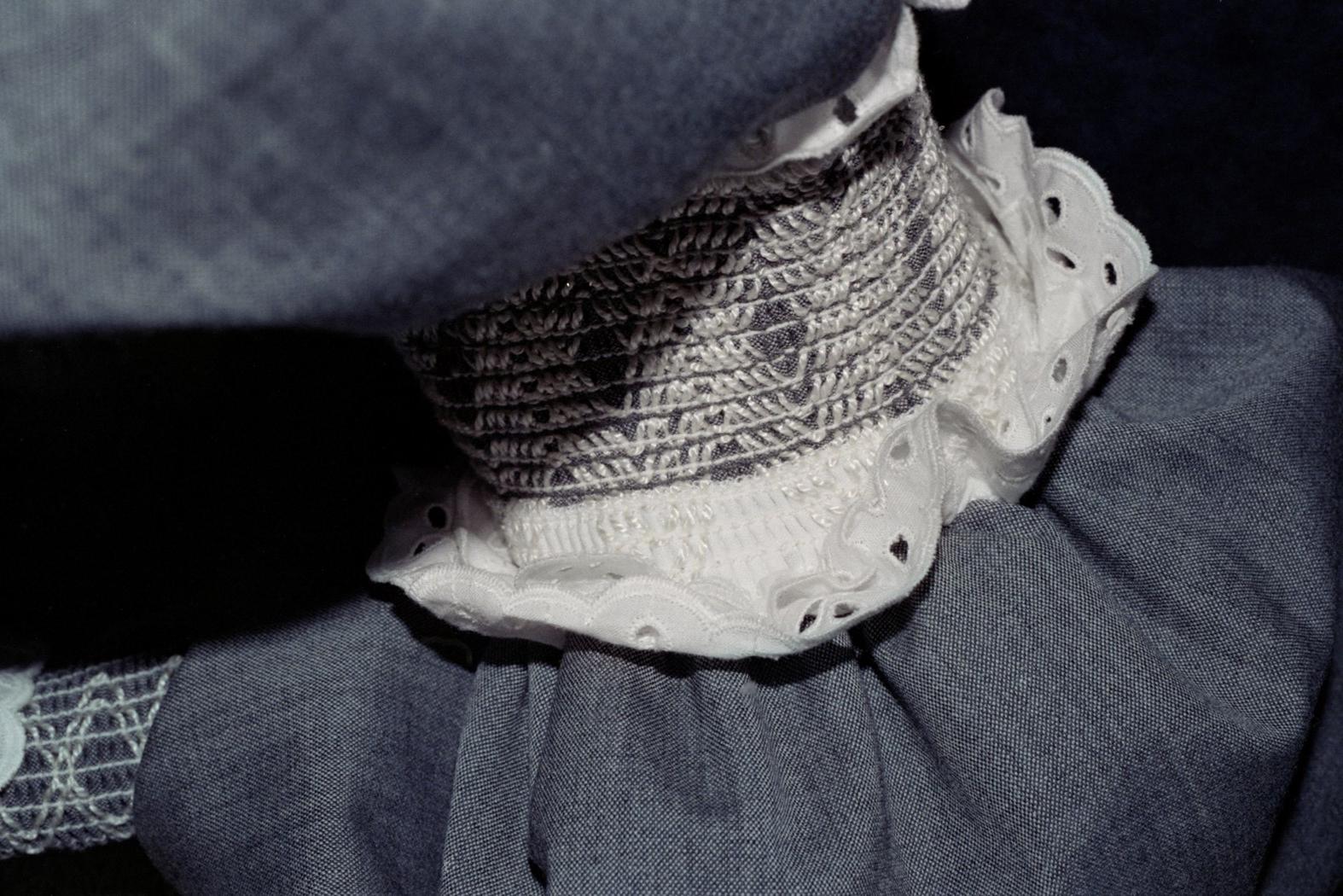 Niebieska tkanina z białym kołnierzykiem